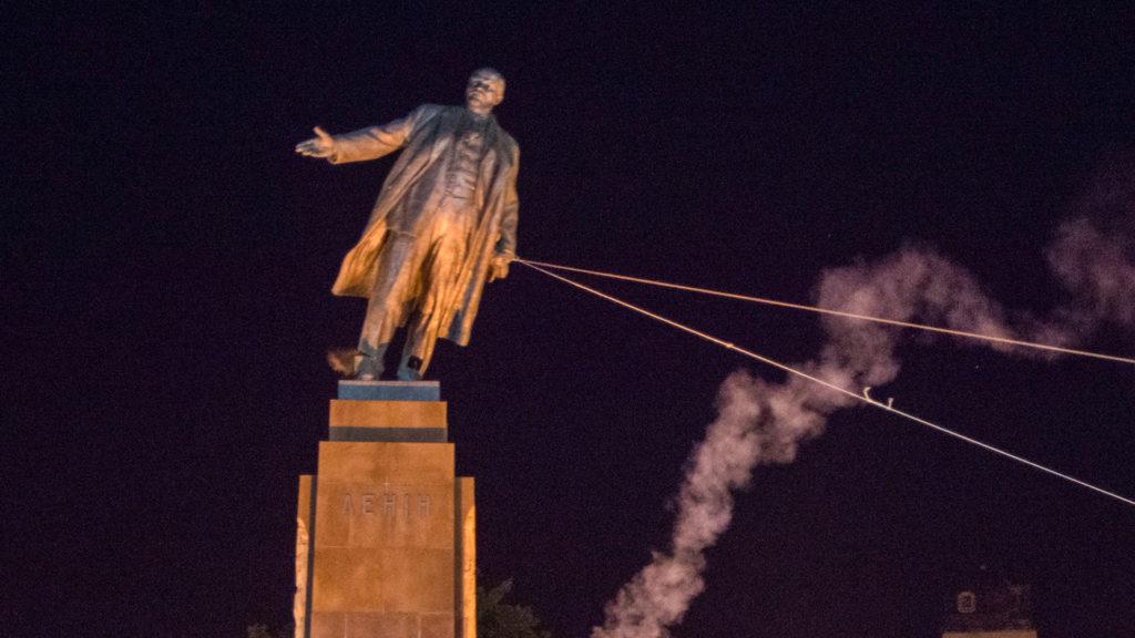 Toppling statue of Lenin